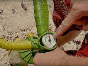 pumpa kiten stenhårt, annars kan det vara svårt att hitta läckan med sprejflaskan